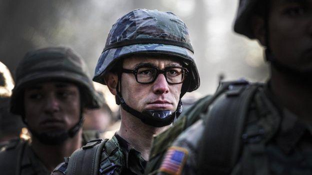 El actor Joseph Gordon-Levitt interpreta a Snowden en la nueva película biográfica sobre el informante dirigida por Oliver Stone.