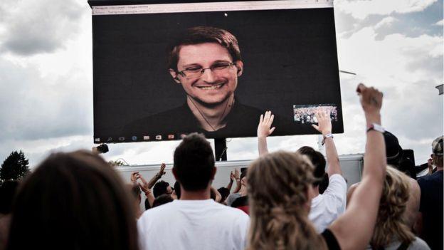 """Quienes apoyan a Snowden argumentan que no debería ser penalizado por haber revelado """"violaciones a los derechos humanos""""."""